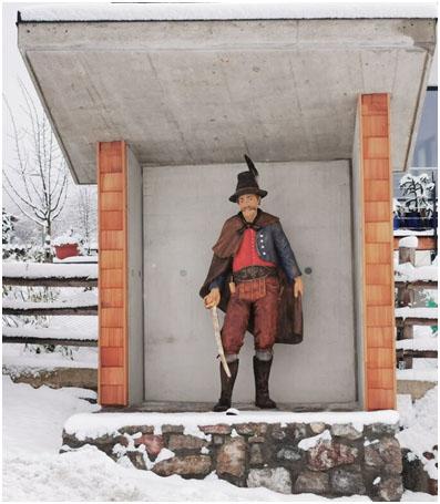Gedenken an Josef Speckbacher: Aus Anlass des 200. Todestages von Josef Speckbacher wurde 2020 vom Bildhauer Josef Reindl am westlichen Ortseingang von Rinn in viermonatiger Arbeit eine lebensgroße Skulptur aus Zirbenholz errichtet. (Foto: Michael Kendlbacher) In Kufstein, im Innsbrucker Stadtteil Wilten, in St. Johann in Tirol und in Wien-Ottakring wurden Straßen nach Speckbacher benannt, ebenso eine Kaserne in Hall, die jedoch 1998 aufgelassen und verkauft wurde.