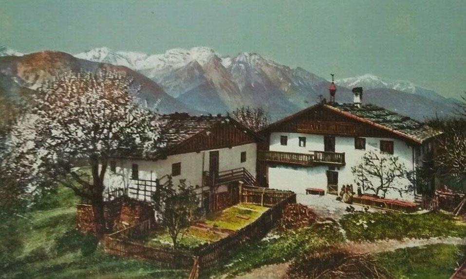 """Der Hof in Rinn liegt auf 900 m Höhe, 10 km von Innsbruck entfernt. Der Name Rinn stammt aus dem althochdeutschen """"runna"""" (Wassergraben). Die erste urkundliche Erwähnung von """"Runna"""" erfolgte 981 (Zeitschrift des Ferdinandeums III H. 57)."""