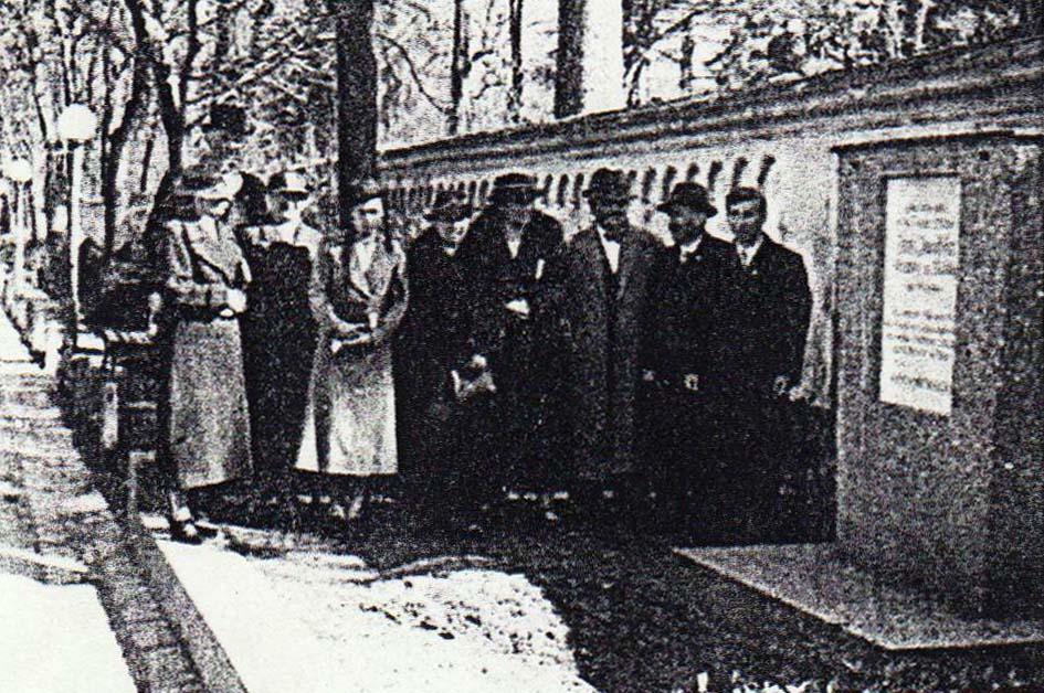 Die Enthüllung der Gedenktafel in Innsbruck in Gegenwart von Angehörigen des Ermordeten.
