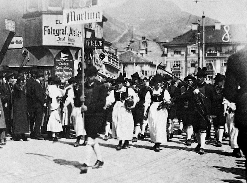 Die bewaffneten Faschisten mischten sich in den Festumzug