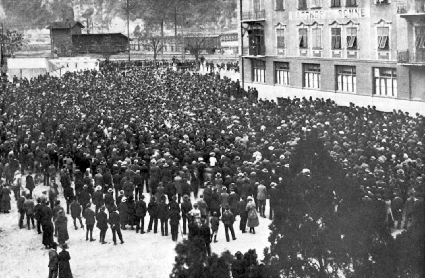 Die Protestversammlung auf dem Viehmarktplatz in Bozen, auf welcher der Abgeordnete Dr. Reut-Nicolussi zu den Versammelten sprach.