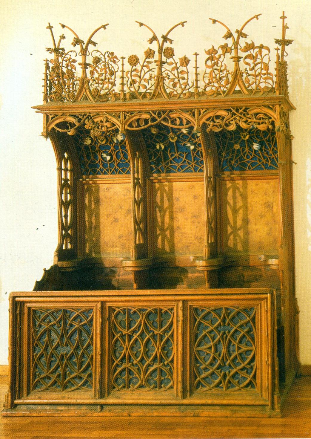 Gehobene Lebenskultur im Geiste der Spätgotik zeigt der mit Maßwerk, Blattranken und Wimpergen prachtvoll gestaltete dreisitzige Chorstuhl von Annenberg.