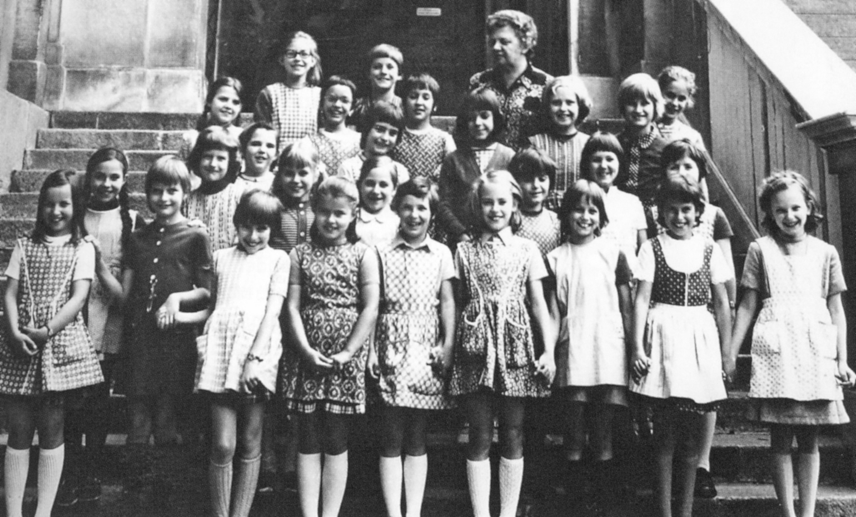 Die Lehrerin Hilde Nicolussi-Castellan auf einem späteren Bild aus dem Jahre 1971 zusammen mit Schülerinnen. Sie hatte als Katakombenlehrerin im Hause Kinsele geheim unterrichtet.