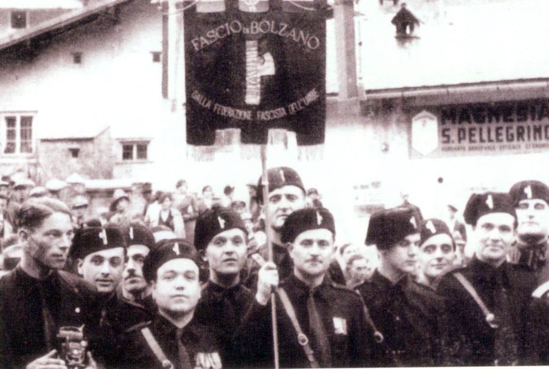 Bozner Faschisten mit ihrer Standarte