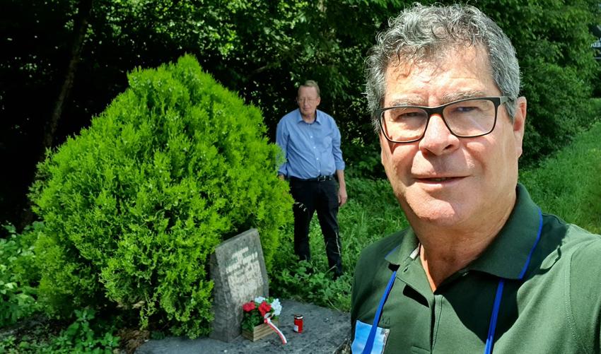 Reinhard Gaiser (im Vordergrund) und Roland Lang bei dem Marterle für Giovanni Postal.