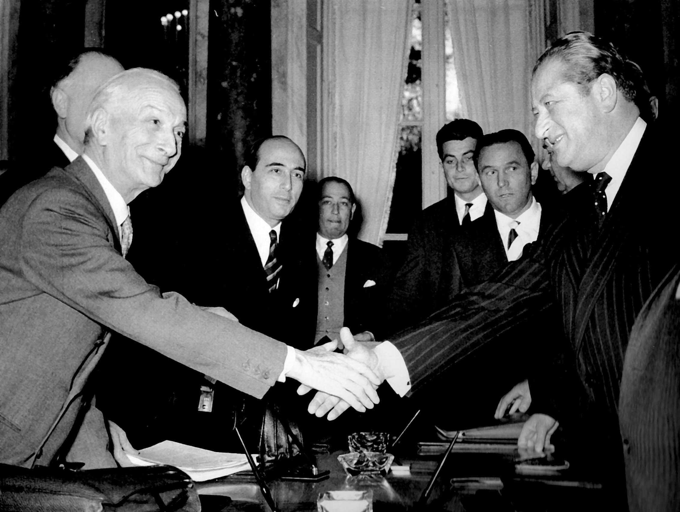 Bei den Verhandlungen warnte der österreichische Außenminister Bruno Kreisky (rechts) die italienische Seite eindringlich. Der italienische Außenminister Segni (links) und seine Delegation waren aber unbelehrbar.